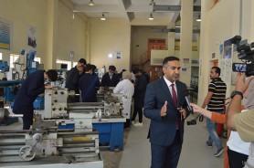 الاستاذ الدكتور حسين حميد مساعد رئيس الجامعة للشؤون الادارية يزور مركز التدريب والمعامل