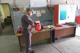 ورشة اللحام في المركز تباشر بمبادرة التعفير اليومي للورشة